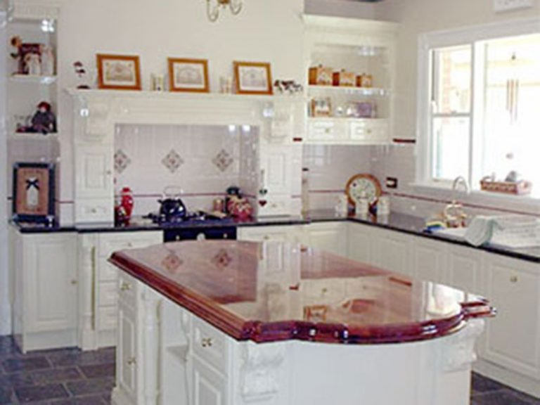 hilustre-coatings-spray-painting-melbourne-domestic-joinery-Traditional-style-kitchen-in-gloss-white-polyurethane